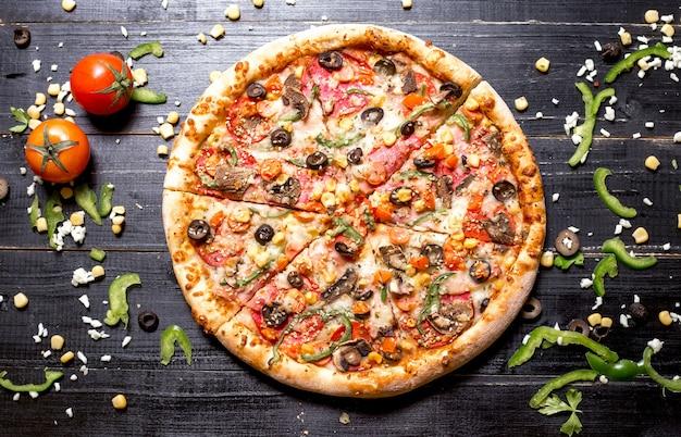 Вид сверху всей пиццы пепперони с кунжутной сверху Бесплатные Фотографии