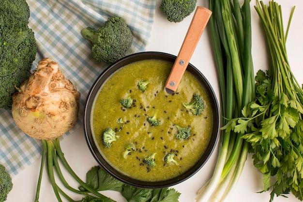 Вид сверху на зимний суп из брокколи в миске с сельдереем Бесплатные Фотографии
