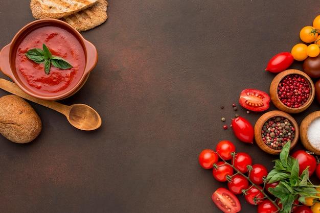 トーストとコピースペースのボウルに冬のトマトスープの上面図 無料写真
