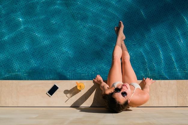Вид сверху женщины в бассейне Premium Фотографии