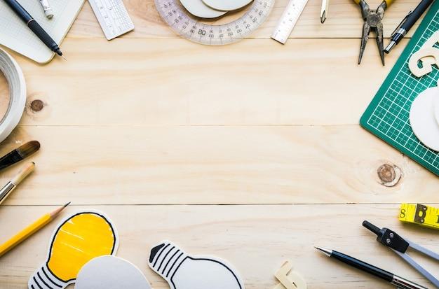 Вид сверху деревянный стол с элементами инструментов, оборудования. Premium Фотографии