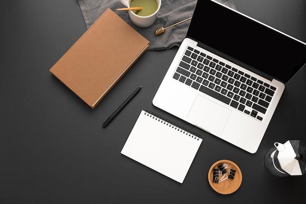 Вид сверху рабочей области с повесткой дня и ноутбуком Бесплатные Фотографии