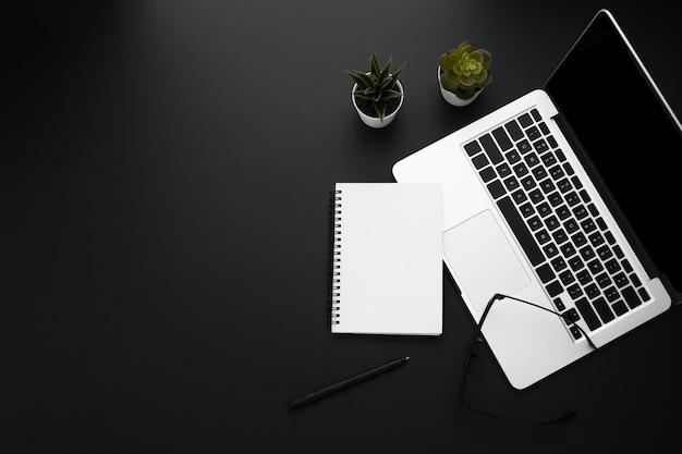 Вид сверху рабочей области с ноутбуком и ноутбуком Бесплатные Фотографии