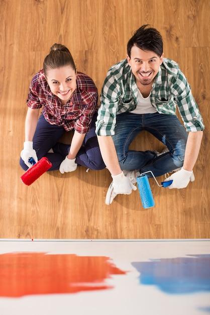 Взгляд сверху молодой пары делает ремонт дома. Premium Фотографии