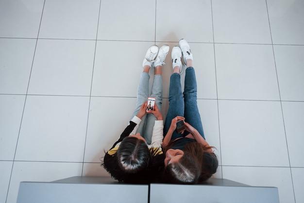 近代的なオフィスで働くカジュアルな服装の若者のトップビュー 無料写真