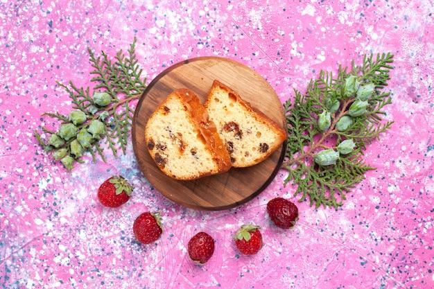 분홍색 표면에 신선한 빨간 딸기와 얇게 썬 맛있는 케이크 달콤하고 맛있는의 상위 뷰 무료 사진