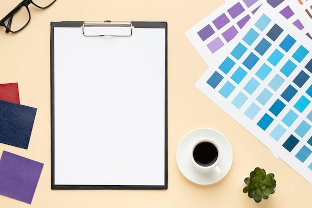 Композиция офисного стола вид сверху для графического дизайнера с буфером обмена Бесплатные Фотографии