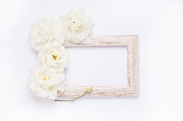 繊細な花と木枠の上面図 Premium写真