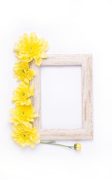 黄色い花と木枠の上面図 Premium写真