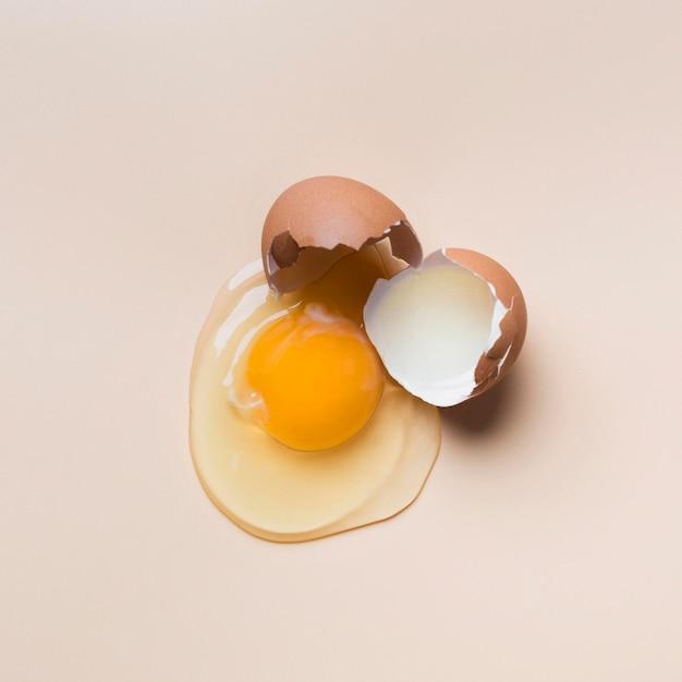 Вид сверху одно треснувшее яйцо Premium Фотографии