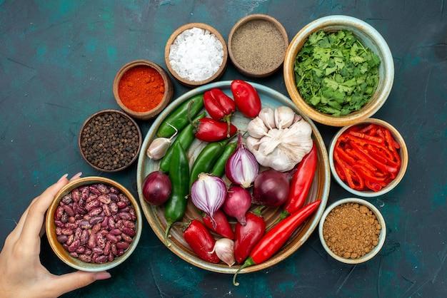 ダークテーブルの食品成分製品の食事に赤唐辛子ピーマン豆とタマネギとニンニクの上面図 無料写真