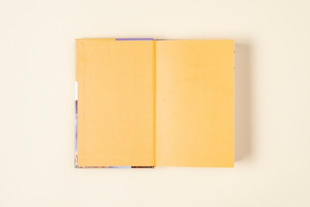 Vista dall'alto libro aperto sul tavolo Foto Gratuite