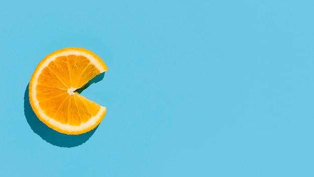 Vista dall'alto fetta d'arancia con copia-spazio Foto Gratuite