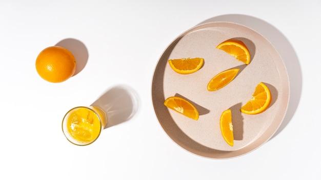 Fette di arancia vista dall'alto sulla piastra Foto Gratuite