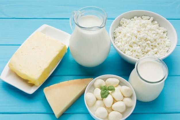 Вид сверху органическое молоко со свежим сыром Бесплатные Фотографии