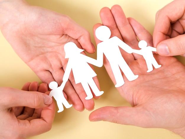 かわいい紙家族の手で一緒に保持しているトップビューの人々 無料写真