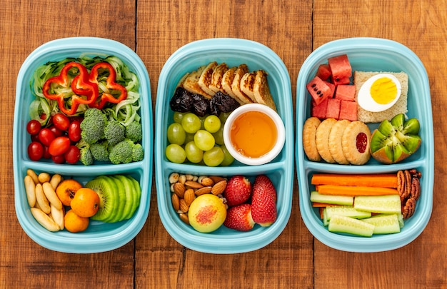 Вид сверху упакованной еды на деревянном столе Бесплатные Фотографии