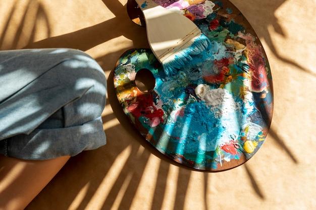 Вид сверху палитра с краской и кистью Бесплатные Фотографии