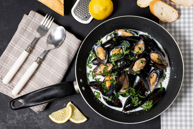 Top view pan with tasty mussel sauce Free Photo