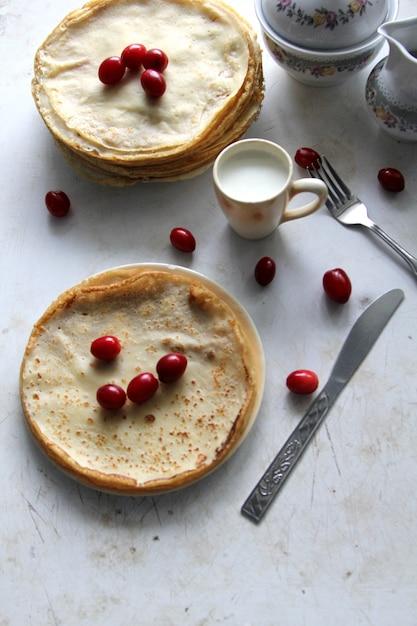 コンデンスミルクとハナミズキのトップビューパンケーキ 無料写真
