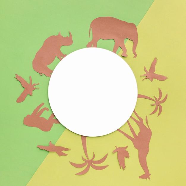 Vista dall'alto di animali di carta con cerchio nero per la giornata degli animali Foto Gratuite