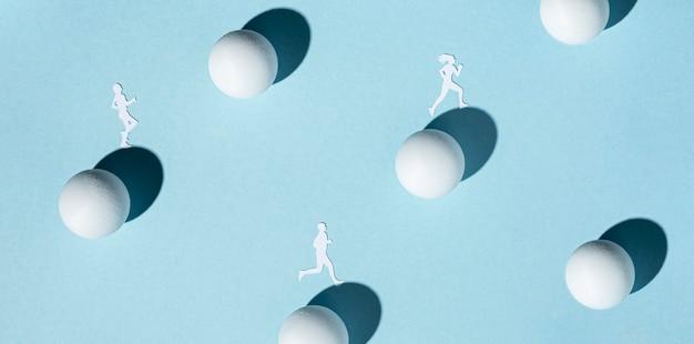 Vista dall'alto di atleti di carta con palline da ping pong Foto Gratuite