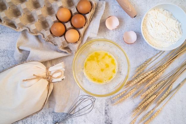 Vista dall'alto ingredienti pasta con forniture da cucina Foto Gratuite