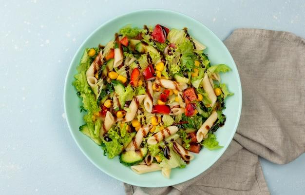 Vista dall'alto di insalata di pasta con aceto balsamico e canovaccio Foto Gratuite