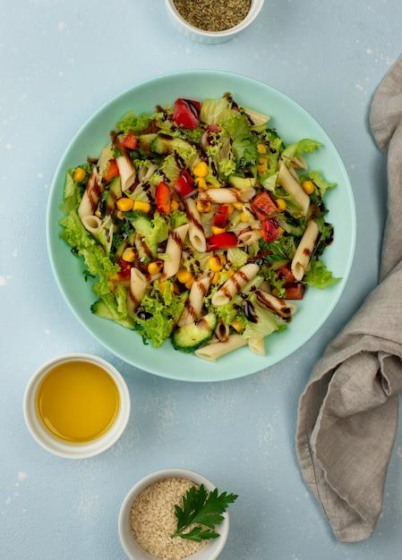 Vista dall'alto di insalata di pasta con aceto balsamico, semi di sesamo e olio Foto Gratuite
