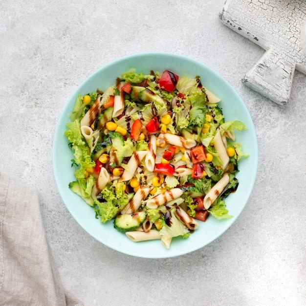 Vista dall'alto di insalata di pasta con aceto balsamico Foto Gratuite