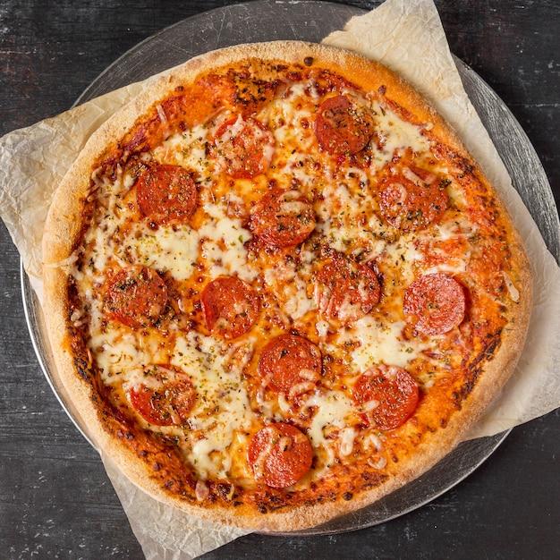 Pizza ai peperoni vista dall'alto sul vassoio Foto Gratuite