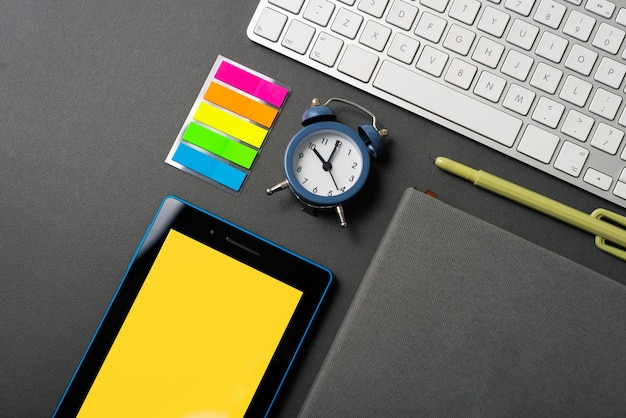 タブレットキーボードプランナーアジェンダ目覚まし時計付きオフィスデスクの上面写真 Premium写真