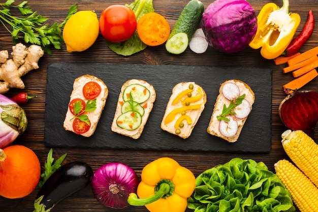 Top view pieces of bread with veggies and vegetable arrangement Free Photo