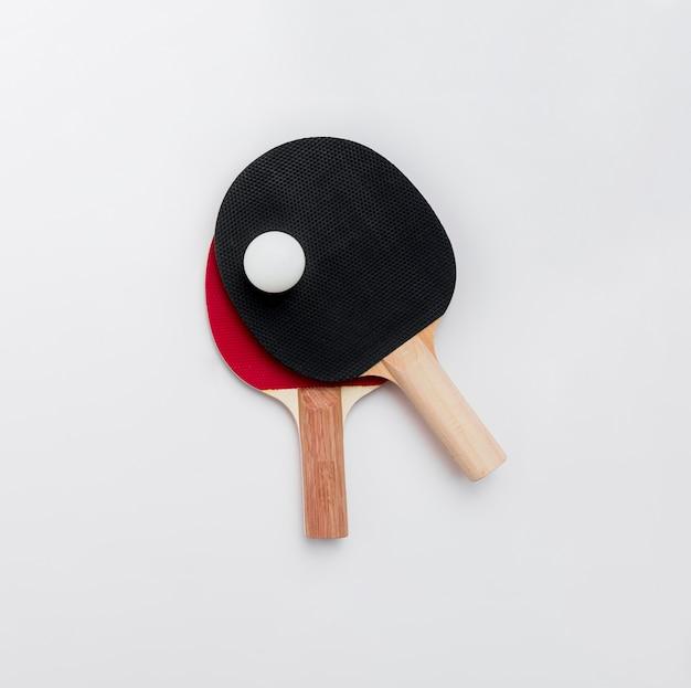 Vista dall'alto di ping pong paddle con la palla Foto Gratuite