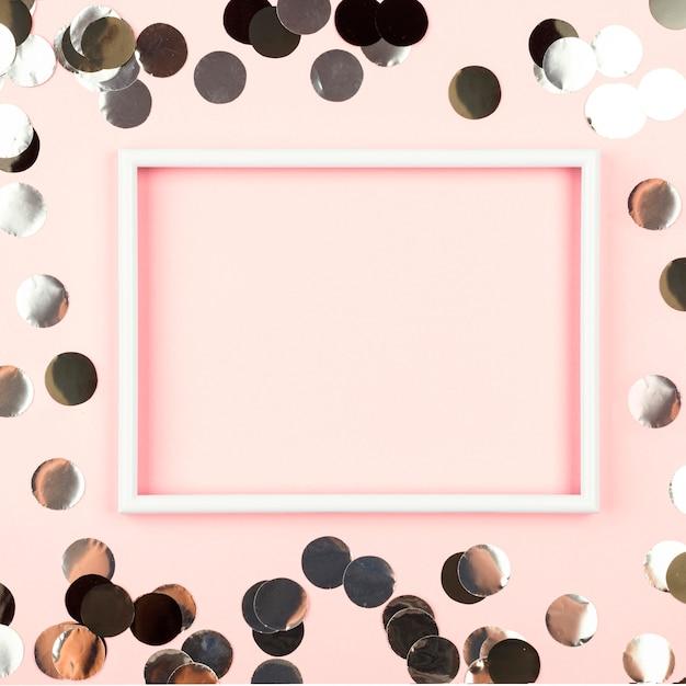 Cornice rosa vista dall'alto con decorazioni di compleanno Foto Gratuite