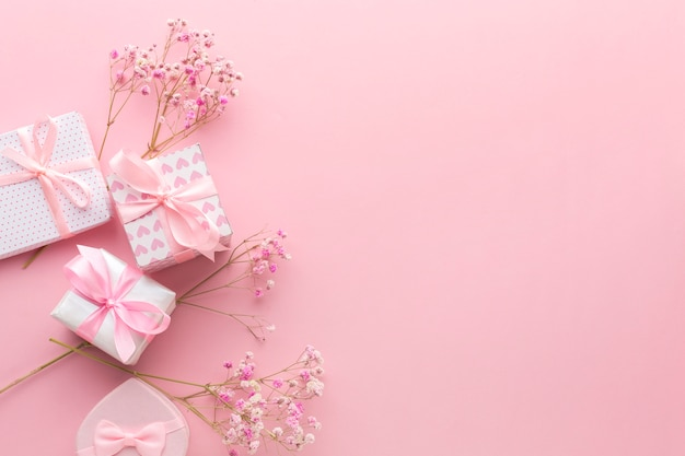Top view of pink gifts with flowers and copy space Free Photo