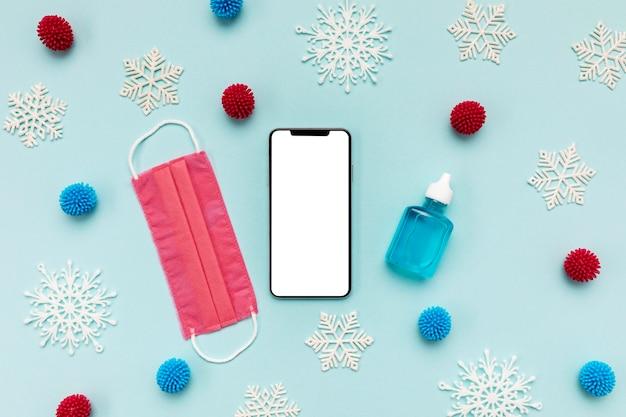 Вид сверху розовая медицинская маска и пустой телефон Бесплатные Фотографии