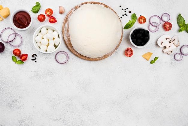 Вид сверху тесто для пиццы с копией пространства Premium Фотографии