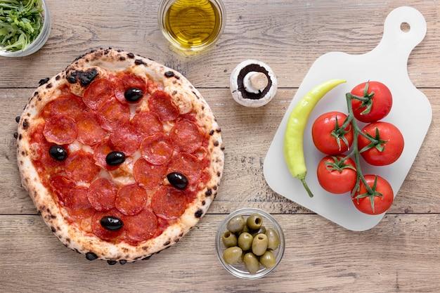 Вид сверху тесто для пиццы с пепперони Бесплатные Фотографии