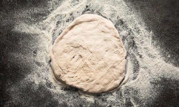 Pasta per pizza vista dall'alto Foto Gratuite