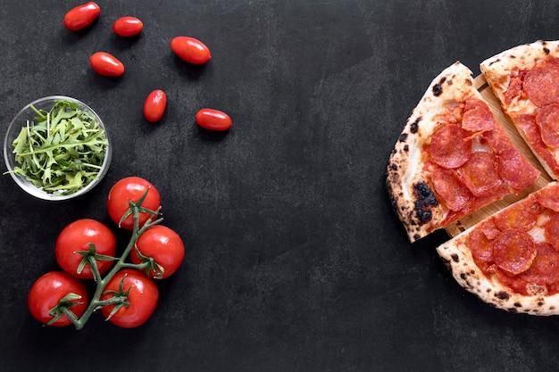 漆喰の背景の上から見るピザ 無料写真