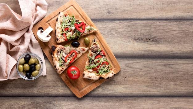 Disposizione delle fette di pizza vista dall'alto Foto Gratuite