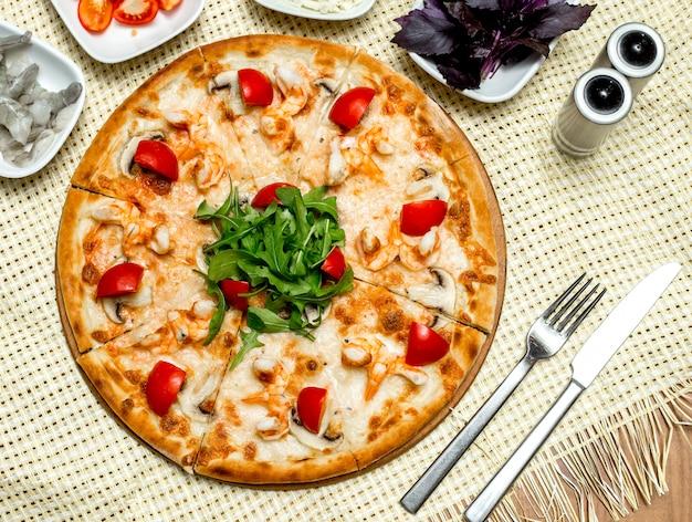 エビとキノコのトマトとルッコラの上面ピザ 無料写真