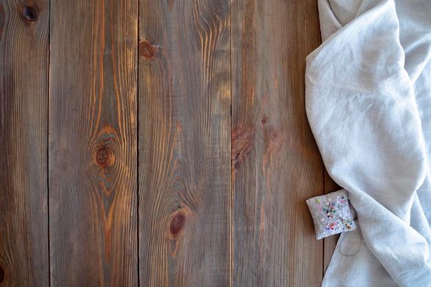 Вид сверху доски из старого дерева и ткани Бесплатные Фотографии