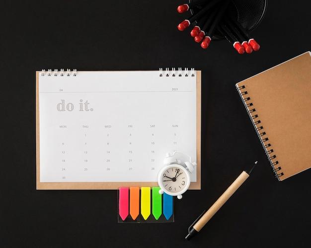 Calendario planner vista dall'alto su sfondo scuro Foto Gratuite