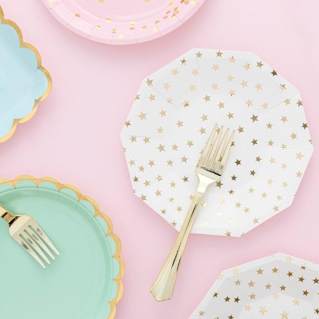 Вид сверху на пластиковые тарелки и вилки Бесплатные Фотографии