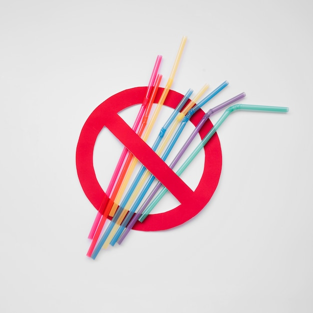 Top view plastic straws pollution sign Free Photo