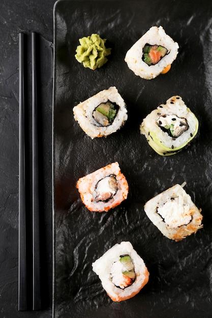 Piastra vista dall'alto con sushi fresco sul tavolo Foto Gratuite