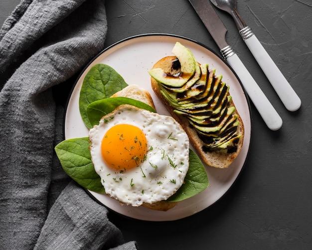 Вид сверху тарелка с жареным яйцом Бесплатные Фотографии