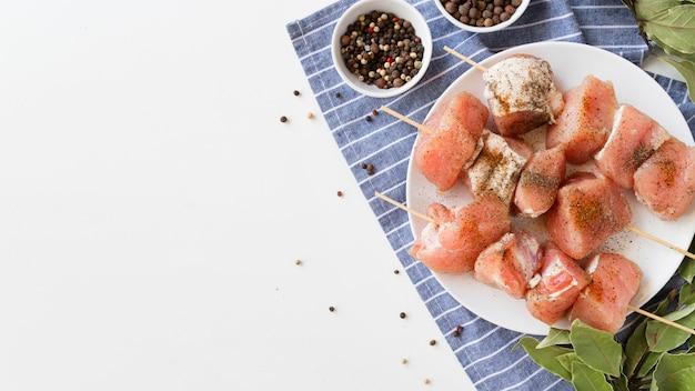 Тарелка вид сверху с шашлыками из сырого мяса с копией пространства Premium Фотографии